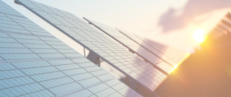 PV-Freiflächenanlage mit untergehender Sonne