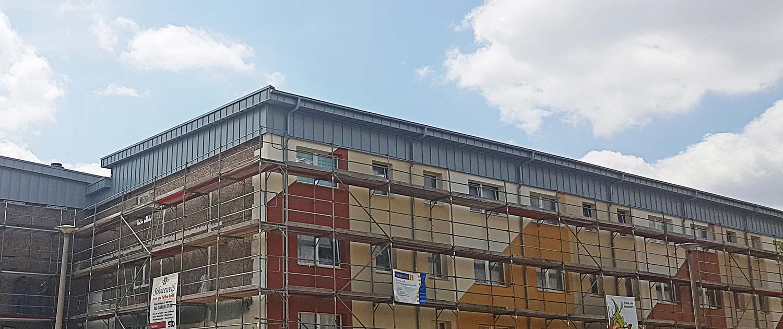 Baugerüste um ein großes Gebäude in Dessau