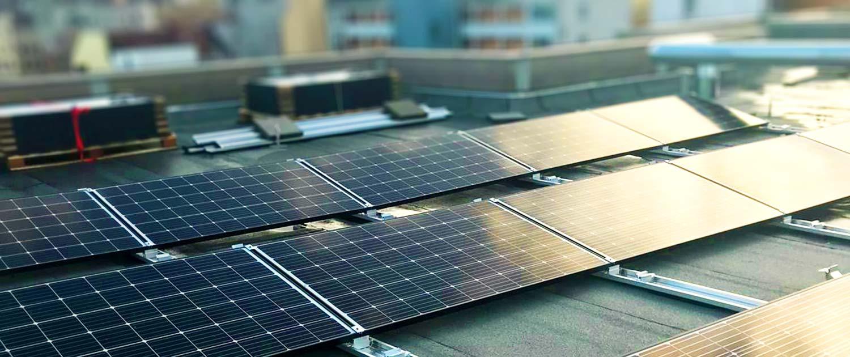 Zwei Reihen mit Solaranlagen