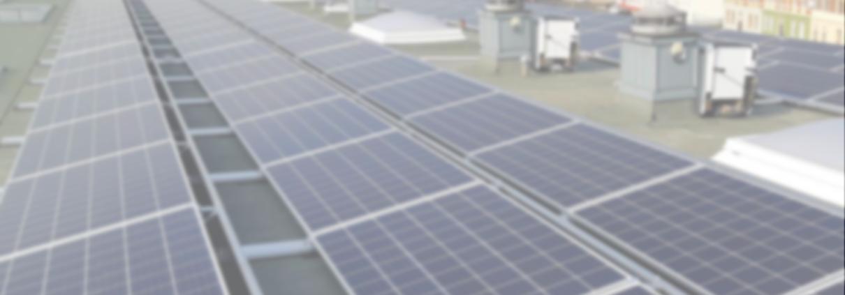 Seitlicher Blick über Solaranlage