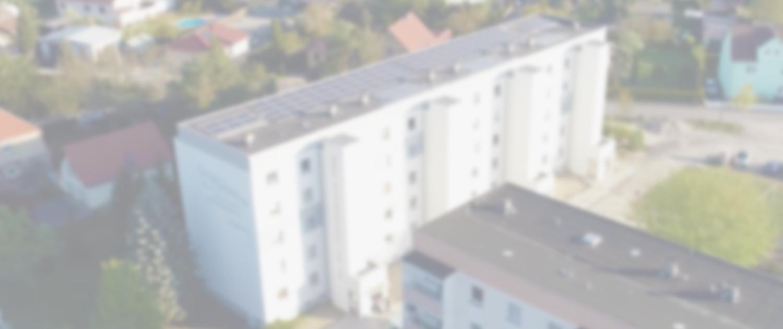Drohnenaufnahme einer PV-Anlage auf einem Neubau