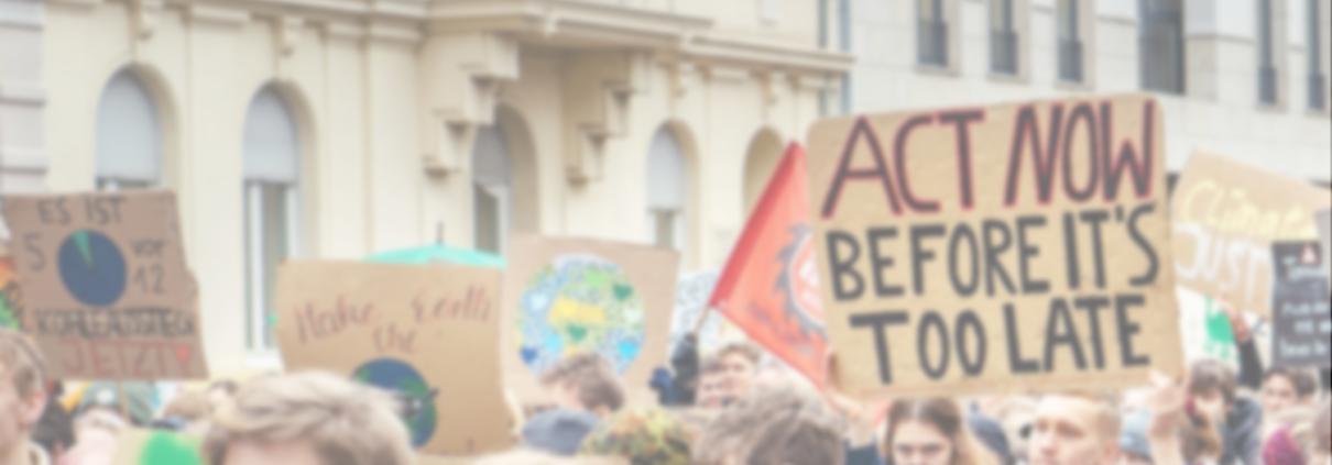 Klimaaktivistinnen auf einer Demo