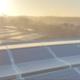 PV-Anlage auf Dach mit Sonnenaufgang