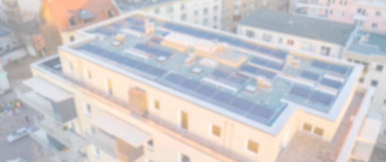 Dronenaufnahme von PV-Anlage auf einem Neubau in Berlin