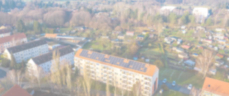 Drohnenaufnahme PV-Anlage auf Schrägdach, Blick über weite Landschaft