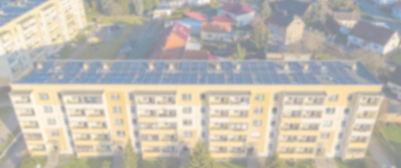 Dronenaufnahme auf einen Neubau mit PV-Anlage auf dem Dach