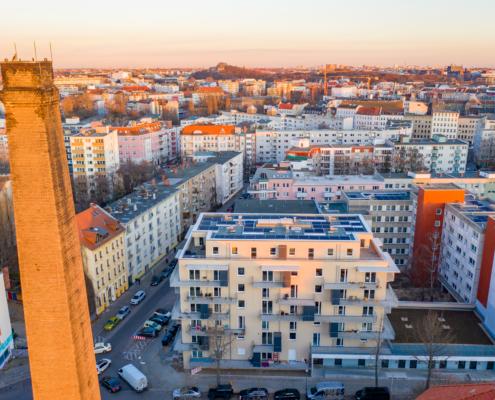 Dronenaufnahme über Berlin Nettelbergplatz, im Vordergrund ein Neubau mit PV-Anlage