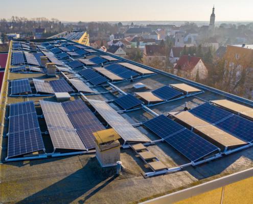 Blick auf Dach mit Solarmodulen, neblige Stadt im Hintergrund - Lauchhammer - Einsteinstr. und Weinbergstr.