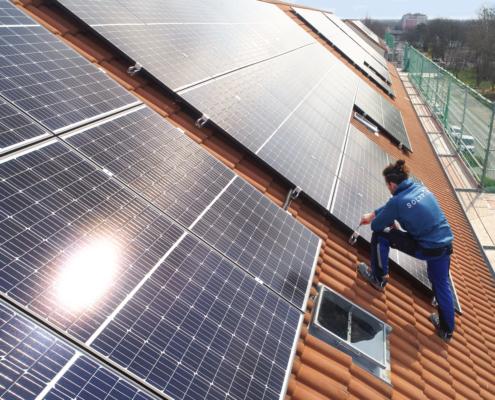 SOLARIMO-Mitarbeiter installiert Solarmodul in Rheinsberg
