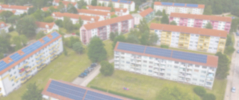 Drohnenbild der PV-Anlagen auf mehreren Mehrfamilienhäusern