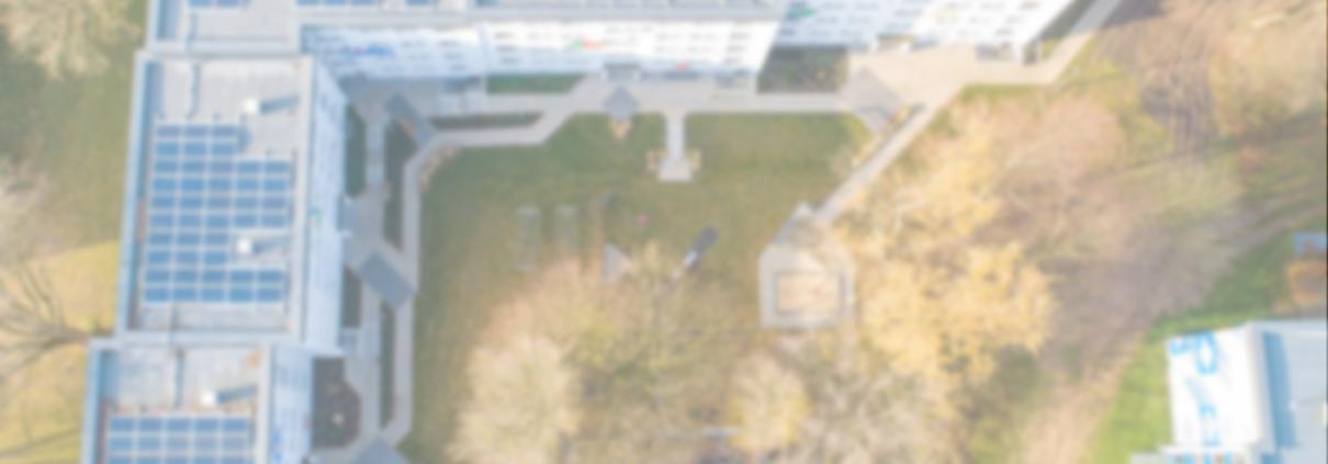 PV-Anlage von oben auf Mehrfamilienhaus
