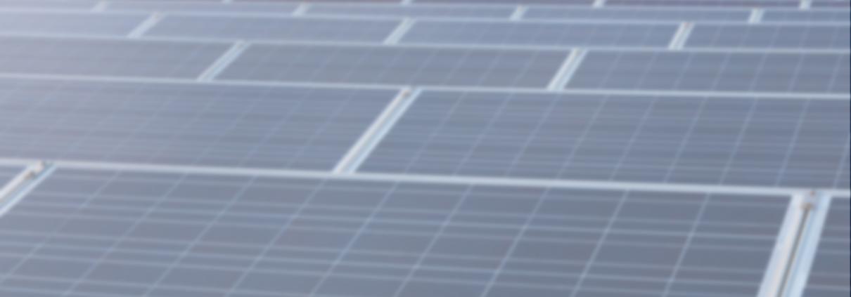 zahlreiche PV-Module auf einem Dach