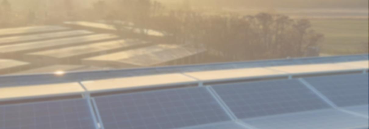 Sonnenaufgang über PV-Aufdachanlage