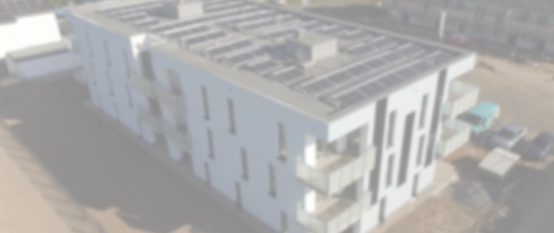 Neubau mit Aufdach-PV und Fassadenmodulen