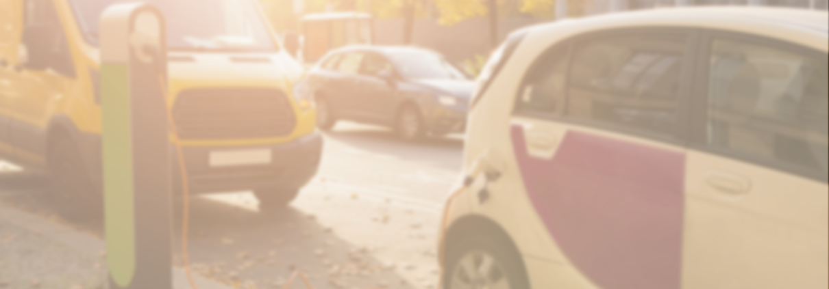 Elektroauto an der Ladestation bei Sonnenschein