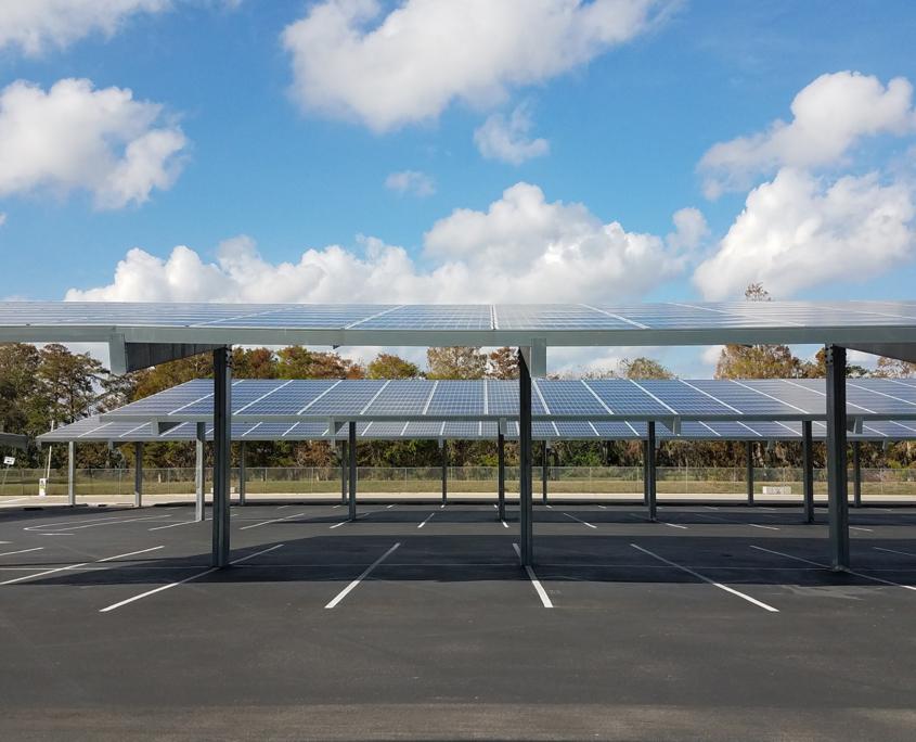 Überdachter Parkplatz mit PV-Modulen